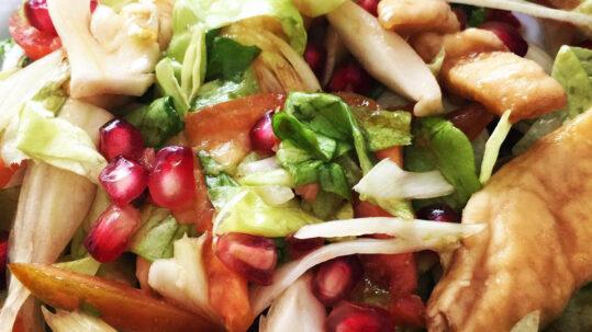 insalata con lattuga, finocchi, pomodori, pollo e melagrana