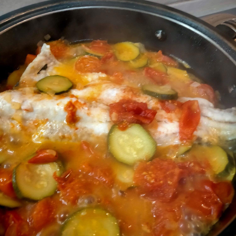Filetto di merluzzo con cipolla, zucchine e pomodorini